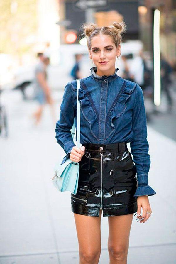 Chiara Ferragni usa camisa jeans com saia de vinil