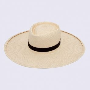 """On le voit partout, que ce soit sur la plage ou en ville, c'est le """"must have"""" de l'été. Le chapeau de paille toquilla traditionnel est tissé entièrement à la main avec les fibres d'un palmier caractéristique de la côte équatorienne. Revisité pour un look chic avec sa couleur claire, robuste et naturel, il vous protegera du soleil avec style. Plus qu'à déguster une...tequila."""