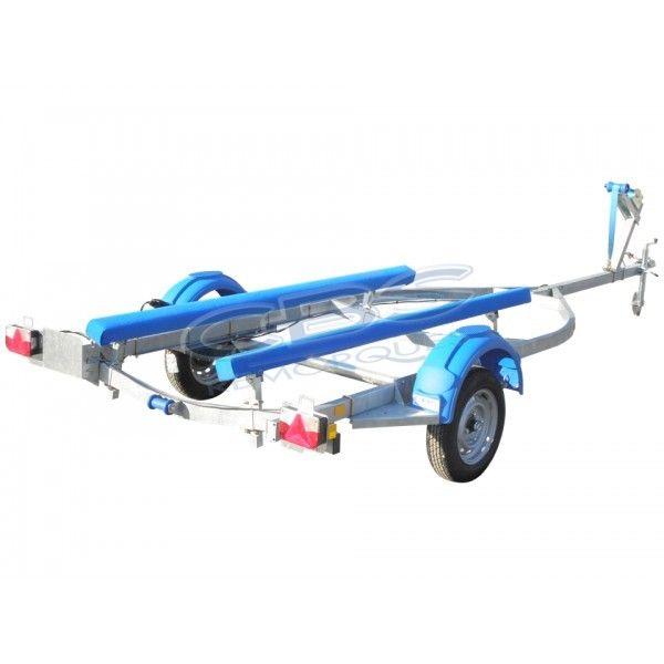 Remorque CBS B0560 La remorque CBS B0560 en simple essieu non freiné servira au transport de votre bass boat, semi rigide, barque de peche,ou barque polyester.  La Remorque CBS B0560 a un châssis type US cintré et équipé d'une bobine arrière avec 2 patins, de supports essieu réglables, ainsi qu'une potence avec un treuil à sangle et une roue jockey. Adaptée aux coques HD15VJ, HD16VJ, 1650VJ et 1650D.