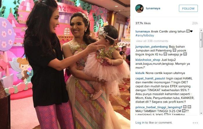 Hadiri Ultah Arsy Netizen: Anak Luna Maya Mana? : Luna Maya menghadiri pesta ulang tahun ke-1 putri pasangan Anang Hermansyah dan Ashanty Arsy pada Kamis (17/12). Hal itu diketahui setelah model cantik tersebut mengu