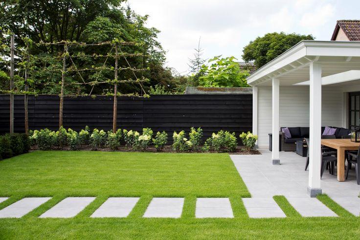 Siebers-tuinprojecten-staptegels-gazon-leibomen-hortensias.jpg