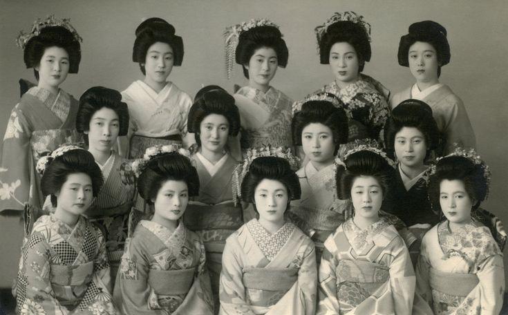 https://flic.kr/p/KocTTG | Furumachi Geigi - Niigata 1930s | The sophisticated beauty of the Furumachi geigi (Old Town geisha) of Niigata in the 1930s.  In Niigata a fully-fledged geisha is known as a tomesode (留袖) and an apprentice geisha is known as a furisode (振袖).  See: jpninfo.com/52711