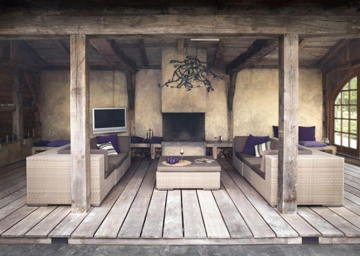 Binnen naar buiten halen door rustieke veranda in moderne sfeer