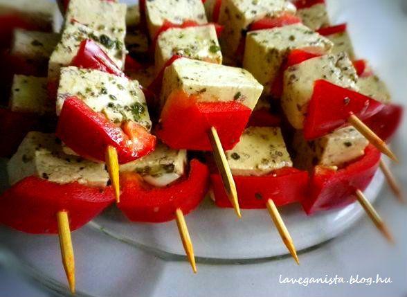 A szuvlaki tipikus húsos étel. Afféle görög rablóhús, amit nyársra tűznek. A vegán konyhában viszont egyáltalán nem készítünk állatokból ételt. Akkor mégis mi a fenét tűzünk a nyársra? Például tofut, ami tökéletesen megfelel a hús helyettesítésére. Nagyon jól pácolható és grillezhető. Koleszterin mentes...
