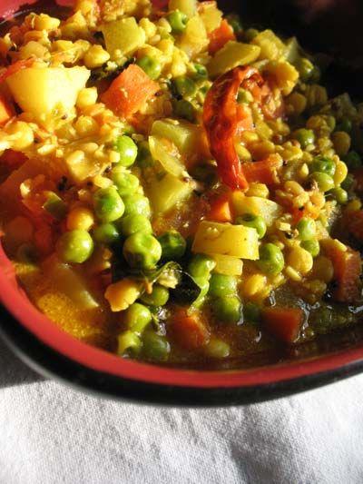 Légumes Korma indien : 2 pommes de terre 4 carottes 1 tasse de petits pois 1 et 1/2 càs d'huile végétale 1 oignon un petit morceau de gingembre 4 gousses d'ail 1 piment rouge 3 càs de noix de cajou nature 1 boîte de sauce tomate (400ml) 2 càc de sel 1 et 1/2 càs de poudre de curry 1/2 poivron vert 1/2 poivron rouge 1 tasse de crème fraîche épaisse 1 bouquet de coriandre fraîche