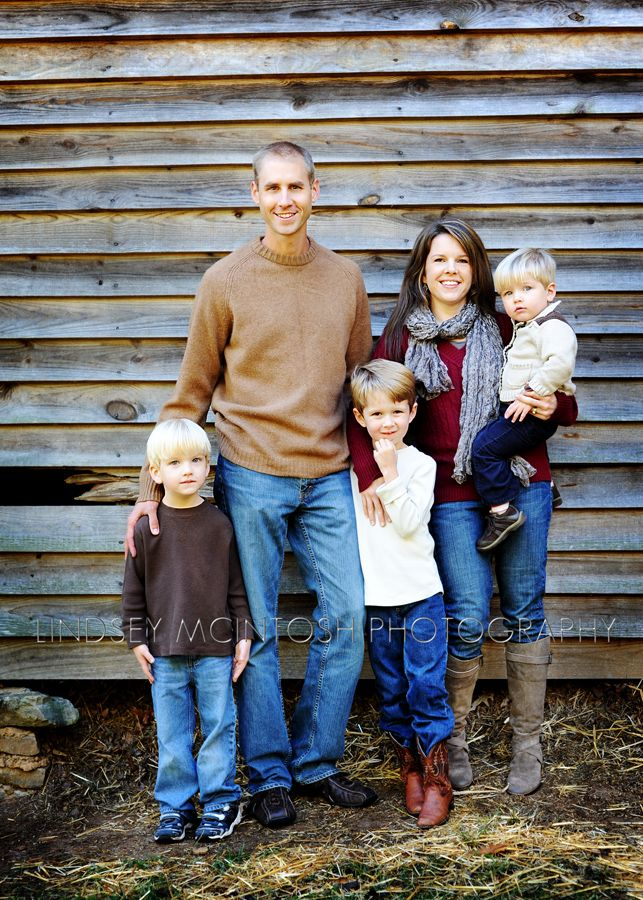 fall_portrait_of_a_family_in_front_of_a_barn