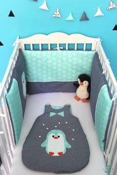 Ensemble tour de lit, gigoteuse, guirlande et range pyjama/doudou Petit Pingoo bleu jean et vert.