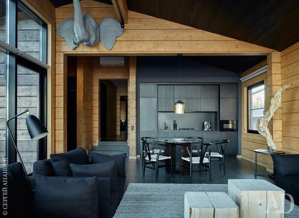 """Гостиная и кухня в гостевом доме. Кухонная мебель, как и в главном доме, изготовлена компанией """"Виларт"""" по чертежам архитектора. Голова слона из папье-маше сделана на заказ. Торшер, Gubi."""