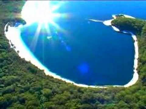 フレーザー島(Fraser Island)はオーストラリア・クイーンズランド州にある島で、世界でもっとも大きな砂島である。1992年、ユネスコの世界遺産(自然遺産)に登録された。島はブリスベンから北に約300kmの所にあり、南北123km、幅25km、島の最高高度は240mである。島のほぼ全域がグレート・サンディ国立公園として国立公園に指定されている。