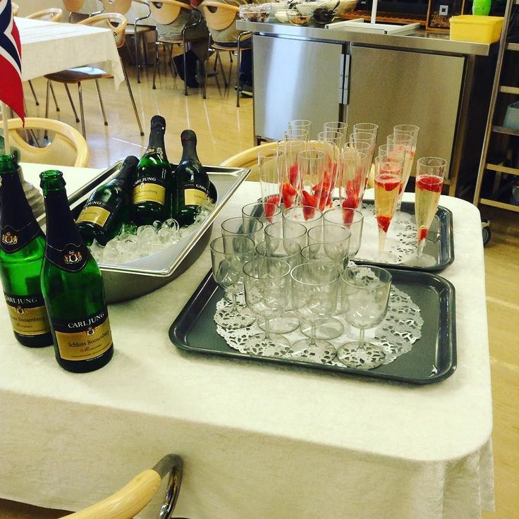 Heftig med champagnefrokost før nattskift #champagne #kalvefilet #offshorelife #17mai #vikanåfeire17maioffshore by vegarddt
