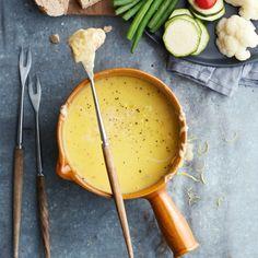 Kaasfondue - Vind je kaasfondue uit een pakje al lekker? Wacht maar tot je deze zelfgemaakte fondue hebt geproefd! #recept #Sinterklaas #JumboSupermarkten
