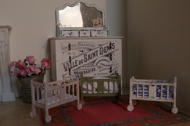 Dekorationsbeispiel Puppenbett Breite 41 mm Tiefe 19mm Höhe Kopfteil 32mm Bausatz für 1 Puppenbett aus Karton ohne Farbe und Dekoration