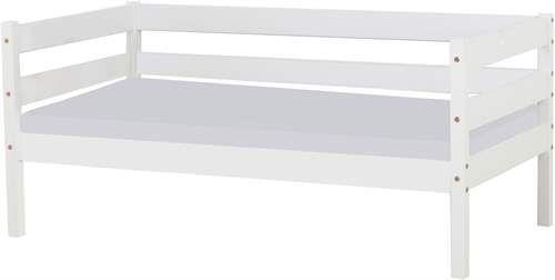 HoppeKidsin valkoinen Ida-sohvasänky on käytännöllinen huonekalu, joka toimii yöllä lapsen sänkynä ja päivällä mukavana sohvana. Moneen tyyliin sopiva lastenhuoneen sänky, jonka alla on reilusti säilytystilaa. Saatavana eri väreis
