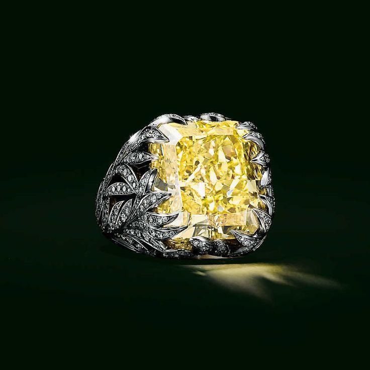 Платиновое кольцо с желтыми бриллиантами