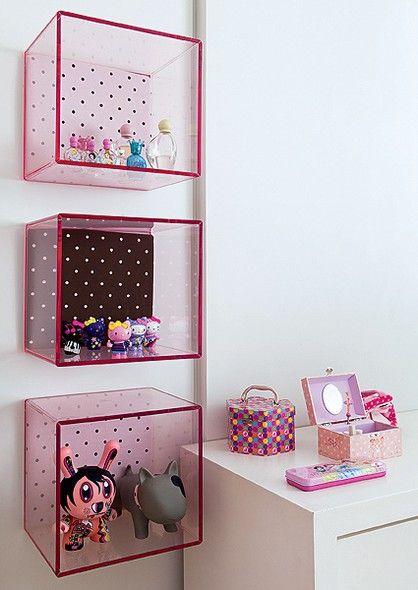 No quarto de Maitê, 3 anos, o rosa toma conta dos acessórios. A cor está nas caixas de acrílico forradas de tecido de bolinhas, que formam nichos para miudezas. Ideia econômica para organizar quartos de criança. Projeto do arquiteto Toninho Noronha