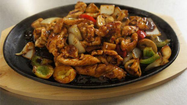 Ti Ban Siu ist eine der Original chinesischen Zubereitungsformen für ganz bestimmte Gerichte. Es wird auf dem Gusseisenteller zubereitet und serviert.