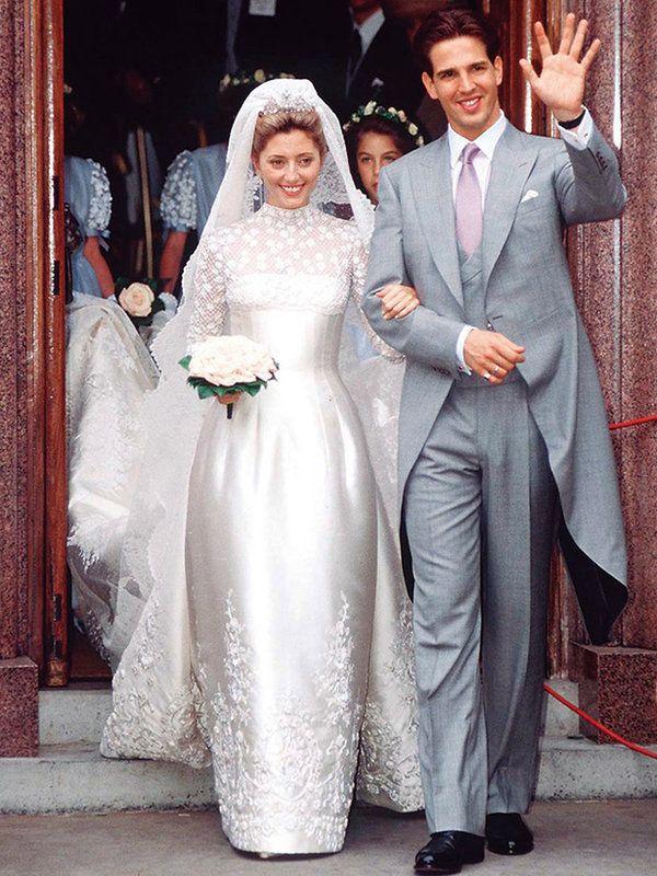 1995年7月1日、ギリシャ王太子パウロスと結婚したマリー=シャンタル妃。ドレスは『ヴァレンティノガラヴァーニ』によるシャンティリーレースとバラの刺繍が咲いたベルシルエットを着用。また、最高峰レースを連ね...