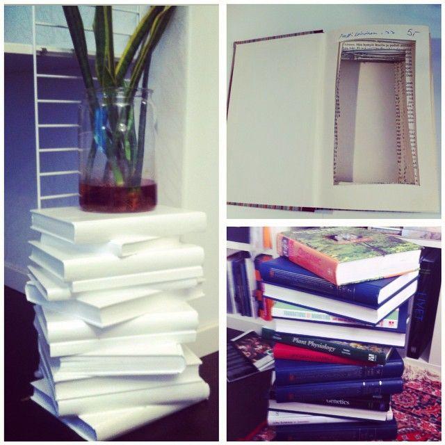 """Jag har fått frågor om hur jag gjort mitt """"bokbord"""" så jag tänkte posta en förklaring bordet är gjort av gamla böcker i olika storlekar. För att det inte skulle bli för tung skar jag ut mitten på alla sidor. Sedan limmade jag ihop böckerna med trälim och målade med lackfärg. Lätt som en plätt #diy #pyssel #återbruk #återbrukamera #interior123 #myhome #instahome #mitthem #familylivingfint #interior #books #böcker"""
