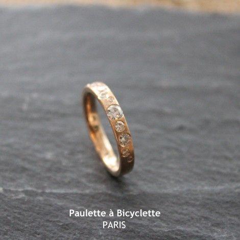Bague de fiançailles (ou alliance) Adanelle Or rose et constellation de pierres #baguedefiançailles #pierres #or