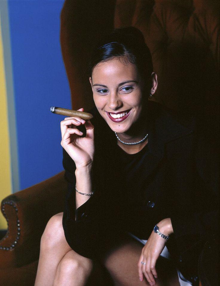 Las damas y el placer de los puros ...fumar puros es un gran vicio y un gran placer... Y fumar un buen puro habano es como dijo Davidoff : disfrutar de una hora con uno mismo... Si le añadimos una buena copa de licor mecida en el cuenco de la mano, el placer puede ser sublime...