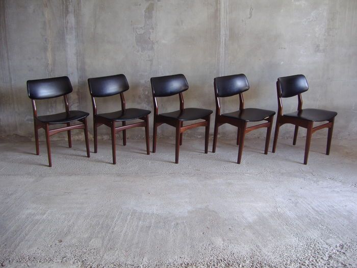 Online veilinghuis Catawiki: Kavel met 5 teakhouten stoelen in Deense stijl