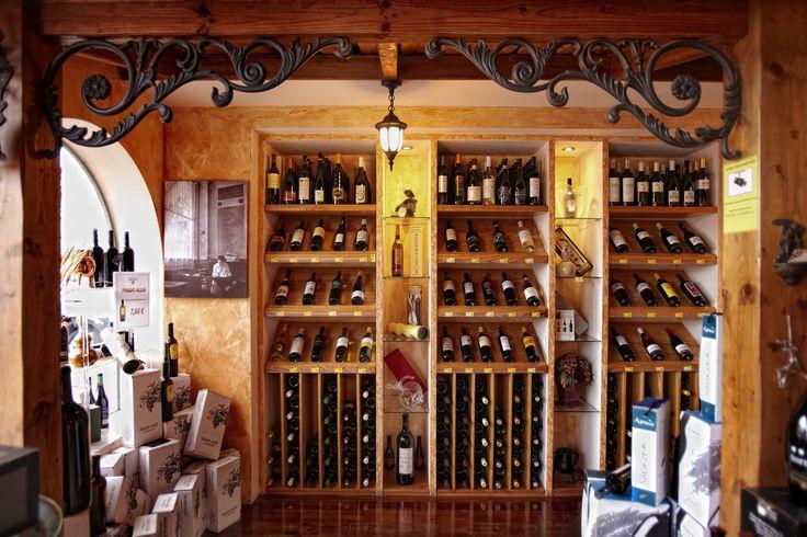 Expositor de vinos gallegos. Tiendas El Ribeirao.