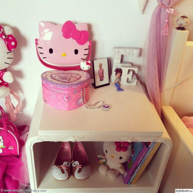 sängbord,nattduksbord,bokstav,bokstäver,barn,barnrum,barnrumsmöbler,barnrumsinredning,barnrum/flickrum,barnrumsinspiration,barnrumsinspo,barnrums inspiration,rosa,cerise,hellokitty,hello kitty,rosett,sjöjungfru,smyckeskrin,halsband,pyssel,diy