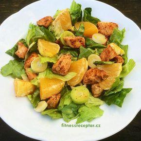 SALÁT S KUŘECÍM MASEM A POMERANČEM Ingredience: pár listů salátu (ledový, hlávkový, římský) 100 g pórku 150 g kuřecích prs sypké koření na maso 2 lžíce olivového oleje 1 pomeranč zálivka 2 lžíce olivového oleje půlka pomeranče 1 lžička medu …