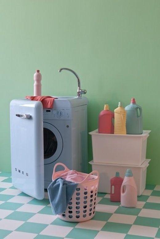可愛すぎる、パステルブルーのSEMG冷蔵庫型の洗濯機です。