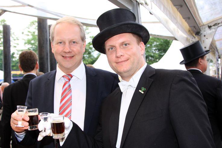 Hannovers Oberbürgermeister Stefan Schostok mit Bruchmeister trinkt Lüttje Lage  ##lüttjelage #hannover #bruchmeister #hannoverliebt #schützenfest #tradition #beer #schnaps