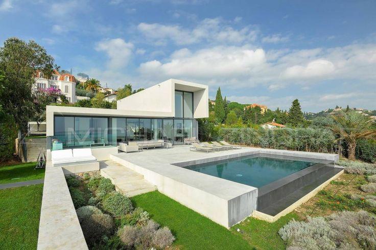 Villa d'architecte avec vue sur mer 180 m² environ, comprenant: un vaste séjour avec vue sur mer et accès terrasse, une cuisine équipée, une chambre de maître avec dressing et salle de bain, trois chambres et une salle de bain. Buanderie
