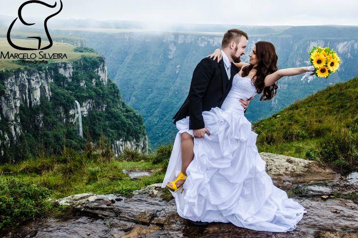 Foto de Pré Wedding em Cambará do  Sul, RS. Últimos instantes antes do forte nevoeiro  tomar conta do lindo cenário.  Casal precisou de muita disposição e sorte para conseguir ter a fotografia desejada.
