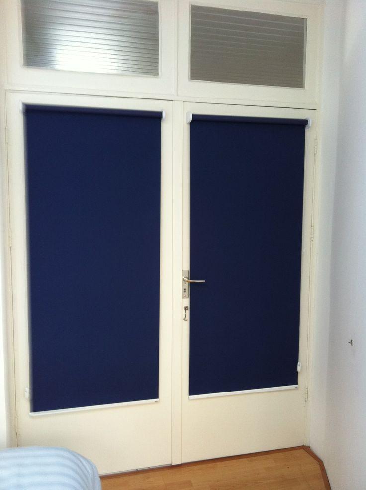 Rolgordijn geplaatst op een deur, er is gebruik gemaakt van een verduisterende stof en verkrijgbaar op: www.topdealraamdecoratie.nl