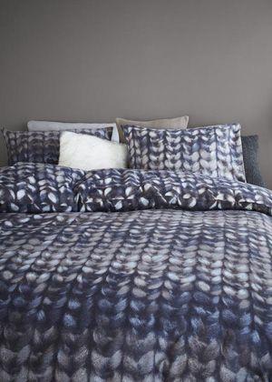 De grove breistructuur geeft dekbedovertrek Edmonton een stoere uitstraling. In het breisel zitten banen die mooi in elkaar overlopen.  Door de natuurlijke blauw/grijstinten in combinatie met de bijzondere structuur wordt er een behaaglijk winters gevoel gecreëerd. Dit dessin past zowel in een landelijke als een moderne slaapkamer. Dit dekbedovertrek is van zeer zachte flanel, gemaakt van 100% katoen. Flanel voelt van nature heerlijk warm aan, maar ademt ook. Bijzonder geschikt voor koude…