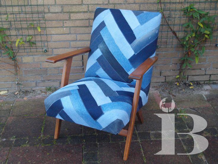 Deze stoel is bekleed met stroken van hergebruikte spijkerbroeken.
