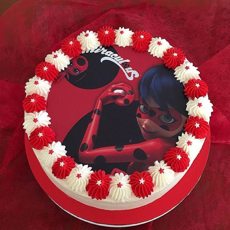 Ojazos los de la Srta. Miraculous Ladybug  que me miran fijamente dsd esta tarta de nata y fresas