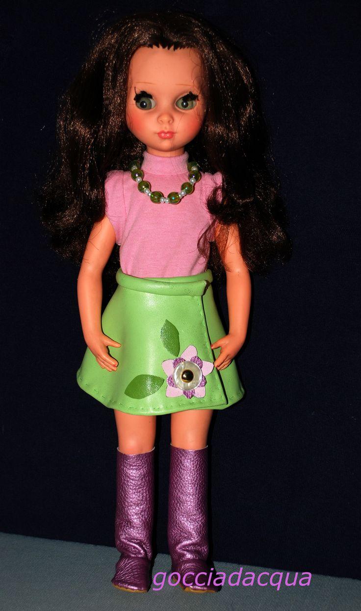 Susanna con una libera reinterpretazione di 'Zambesi' 1968 con minigonna in pelle