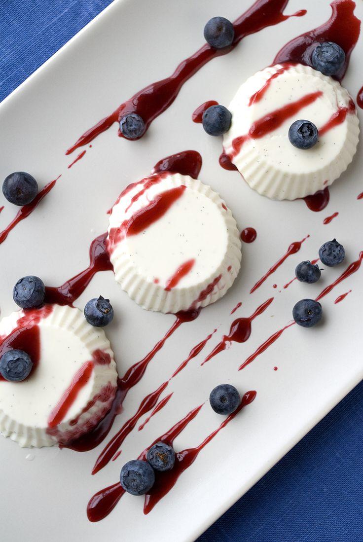 panna cotta med bringebærsaus og blåbær
