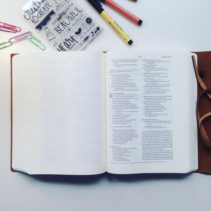 BIG IS BEAUTIFUL!! ESV interleaved journaling Bible welcome to my home!! --- Nu har det kommit en Bibel där varannat blad är blankt för eget skapande böner och anteckningar! Liksom Bibeln jag har sedan tidigare med breda marginaler så är även denna på engelska och den är STOR (nästan så jag måste lägga i iläggsskivan i bordet jag håller till på)! Så nu finns det två fina skapar-biblar för alla som vill vara med Gud på detta sätt. För mig har det betytt så otroligt mycket! Det är en kreativ…