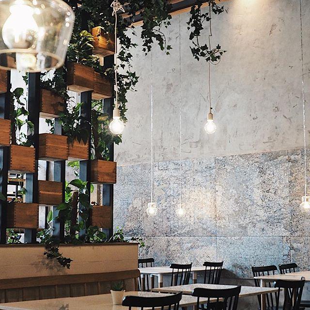 Pozdrawiamy z Zielonej, restauracji wegańskiej i wegetariańskiej  na terenie łódzkiej Manufaktury. Miłego dnia IG   .  .  .  .  .#szczyptasmaq#tasteintravel#tasty#lodz#restauracja#restaurant#goodfood#vegan#veganfood#wegetarian#łódź#manufaktura#decoration#decor#wnetrza#fdslodz