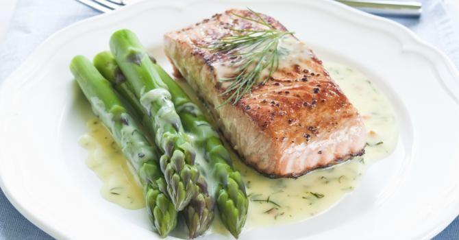 Recette de Pavé de saumon et asperges vertes à la crème citronnée à l'aneth. Facile et rapide à réaliser, goûteuse et diététique.