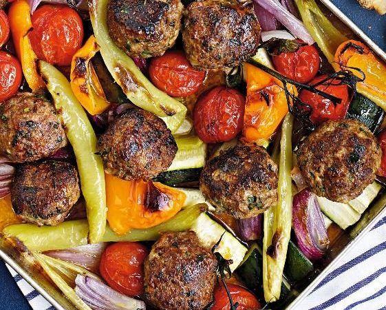 På bara 30 minuter fixar du lyxigt goda köttbullar med parmesan och basilika. Servera med rostade grönsaker och potatis eller bulgur.