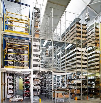Estantería con pasillos elevados de tres alturas, suelo + dos niveles. Permite aumentar su espacio industrial de almacenaje sin obra civil   https://www.esmelux.com/estanter%c3%ada-con-pasillos-elevados