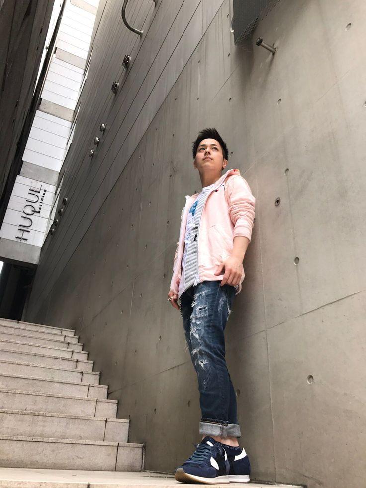 FranCisT_MOR.K.S新アイテム★ FranCisT_MOR.K.S(フランシストモークス)から新入荷のTシャツとパーカーでのコーディネート!まるで2枚のでのTシャツを1枚にしたかのようなデザインや、鮮やかなピンクにジップのスワロが個性を放つパーカーがとてもかっこいい!着用アイテム:FranCisT_MOR.K.S パーカー/size2 ¥32,500+tax FranCisT_MOR.K.S Tシャツ / size2 ¥11...