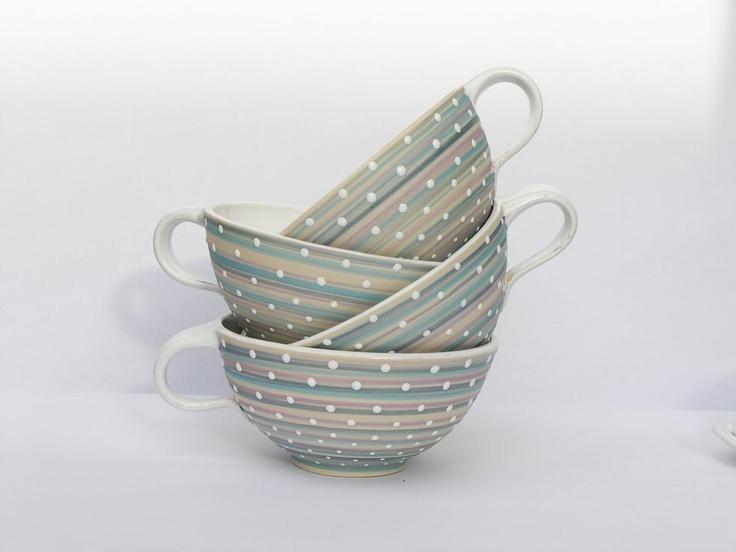 Něžný... Velejemné odstíny matné světlonce modré, béžové a růžové barvy, překryté lesklými bílými tečkami.... něžné, uklidňující, stejně jako čaj či káva, která vám zpříjemní den. * objem cca..0,5dcl - na velký čaj či kávu s mlékem:) * cena za jeden kus Myčka i mikrovl.t. vhodná