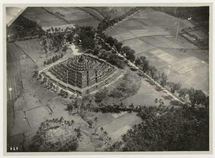 Candi Borobudur dilihat dari udara, 1888  (C) Museum Volkenkunde