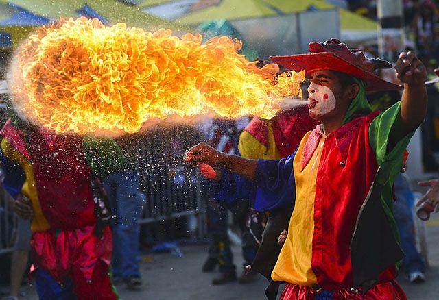 La impresionante #fotografía de una persona disfrazada de arlequín escupiendo fuego en el Carnaval de Barranquilla, Colombia.