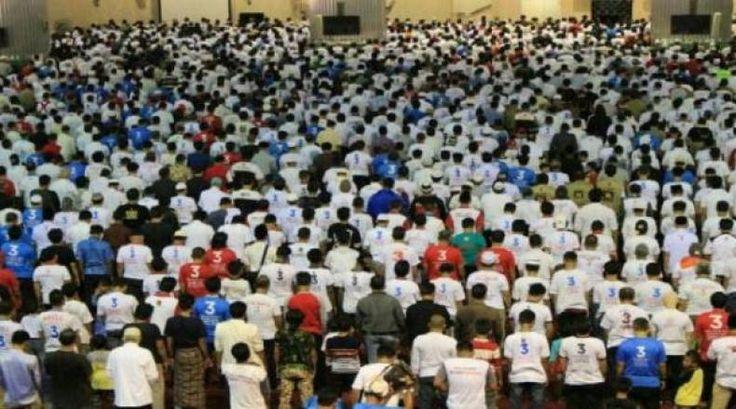 Jakarta Hujan Deras Massa 112 di Istiqlal Bergeming  KONFRONTASI -  Hujan deras yang turun sejak Sabtu subuh membuat banyak jemaah peserta Aksi 112  yang sebelumnya menggelar tikar di halaman Masjid Istiqlal  berbondong-bondong masuk ke dalam. Padahal di dalam masjid sudah banyak pula umat yang beribadah.  Jumlah massa yang membludak membuat banyak jemaah tertahan di depan pintu masjid Al Fatihah. Mereka tak bisa memasuki masjid karena sebagian besar massa yang berasal dari Forum Umat Islam…