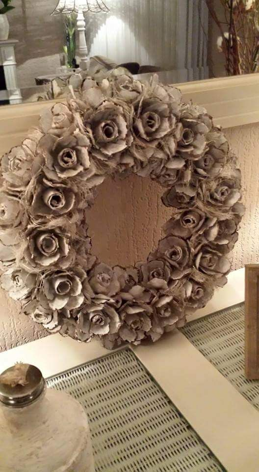 DIY Eierdozen Krans - Be Creative With Action. Recycle die oude eierdozen en maak deze mooie rozenkrans! Krijg jij ook al lente kriebels??