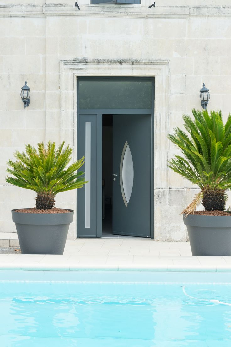 Porte d'entrée aluminium Antalya 15 de Zilten, vue depuis la piscine.